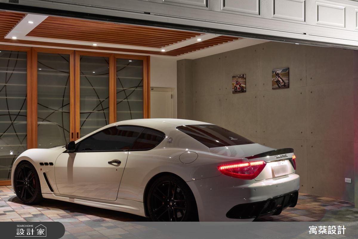 經過設計師巧手,車庫一反枯燥的型態,具有浪漫的情境氛圍,讓人隨時都可以和愛車談戀愛!