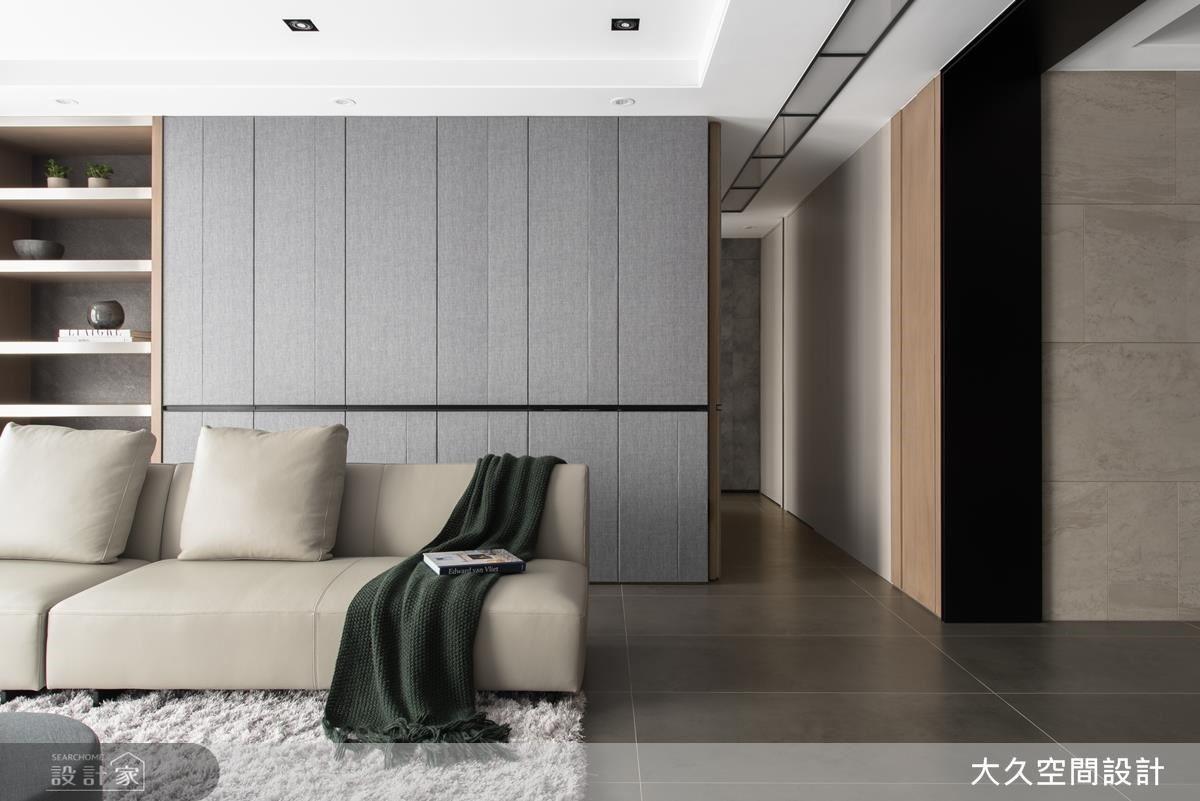 通往私領域的隱藏門,廊道燈帶,從客廳一路延伸到私領域,呈現整體感。