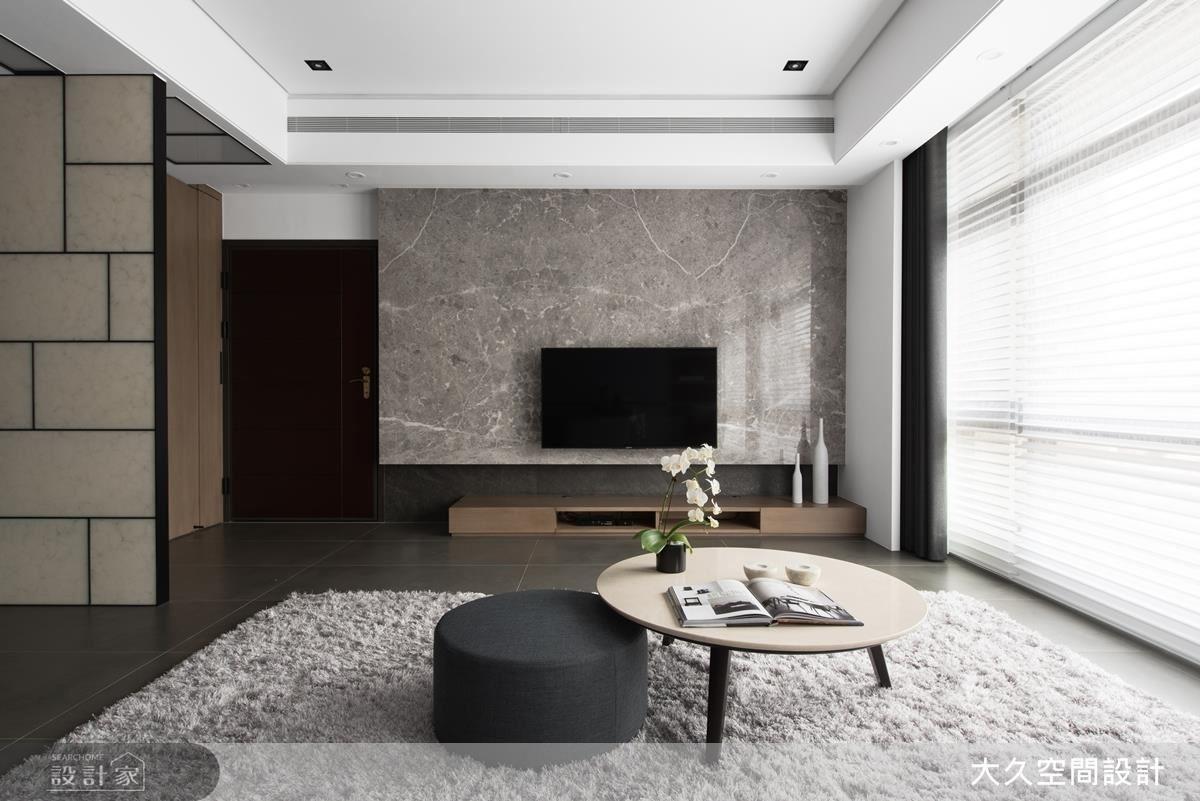 電視牆以大理石呈現飯店的大氣美感,下方機電區,以薄片石材調整牆面視覺比例,使空間變得沉穩。