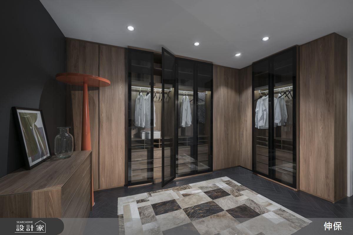 夢幻的 L 型衣櫃,勾勒出更衣間的輪廓,有可推拉的實木門板也有一目瞭然的玻璃櫥窗,滿足商務與宴會性質的專業需求。