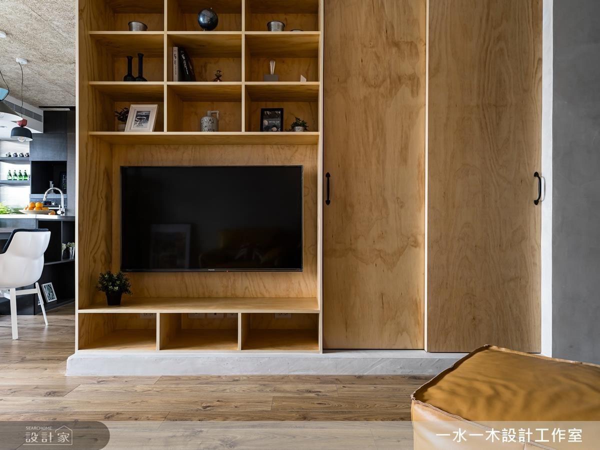客廳電視櫃選用樺木花紋點綴的夾板設計,不僅經濟實惠,還能帶來自然原始氣息。