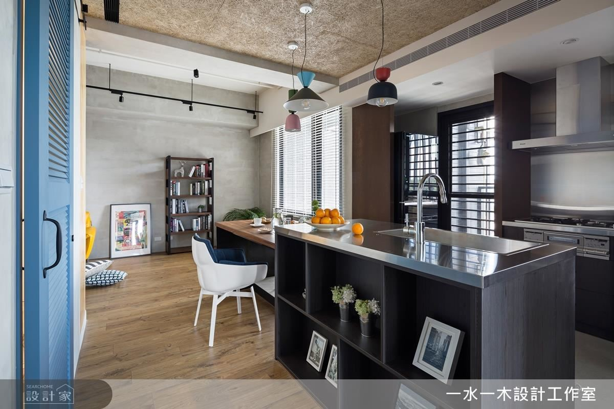 餐廳區置放長型中島餐桌,為 L 型格局製造另一種視覺延伸感。