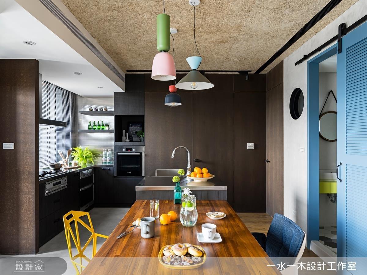 鑽泥板天花鋪設,營造天然粗獷風情,達到自然灑脫的簡約風格。