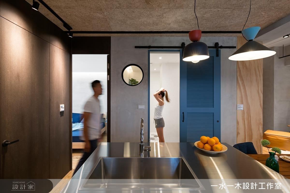 浴廁選用活潑鮮豔藍色穀倉門,為素雅空間調性中營造年輕趣味感。