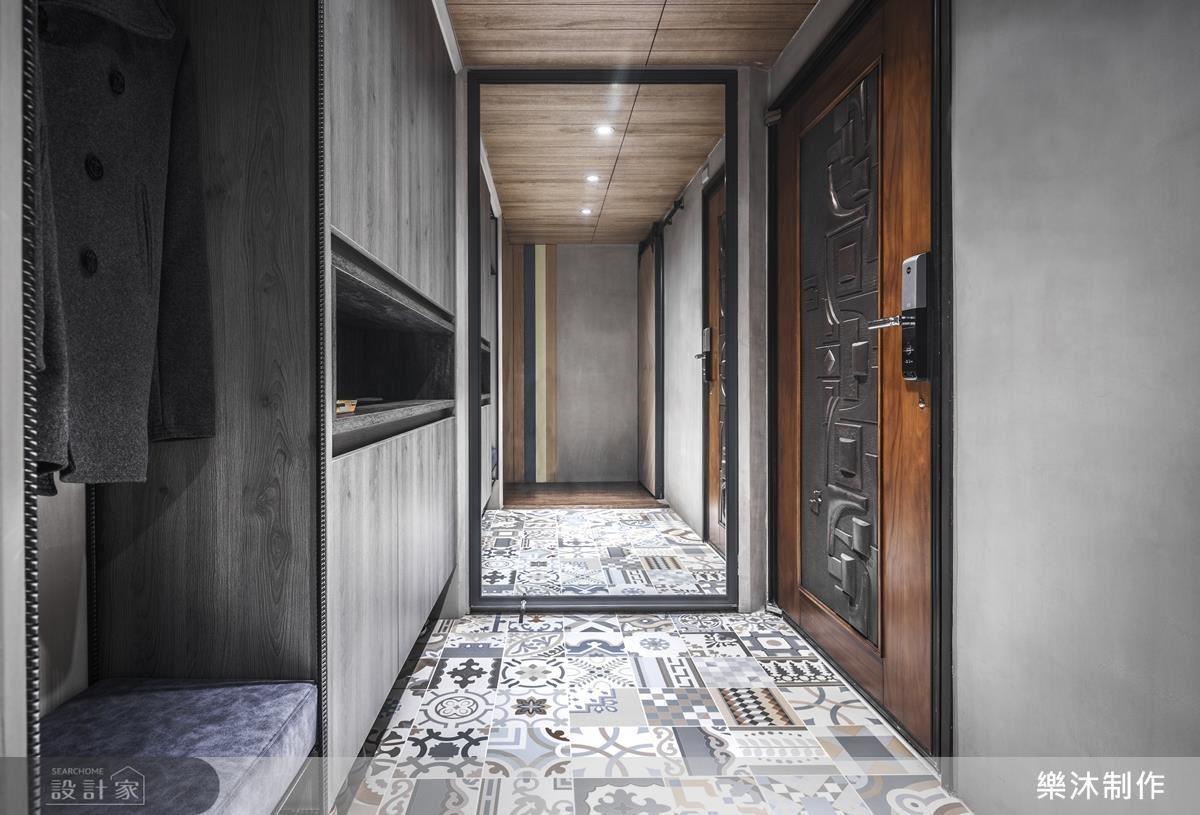 玄關以灰色調木頭結合鐵件,呈現粗獷的個性,大膽以花磚搭配,以相近色系做調和,融入夫妻喜好。