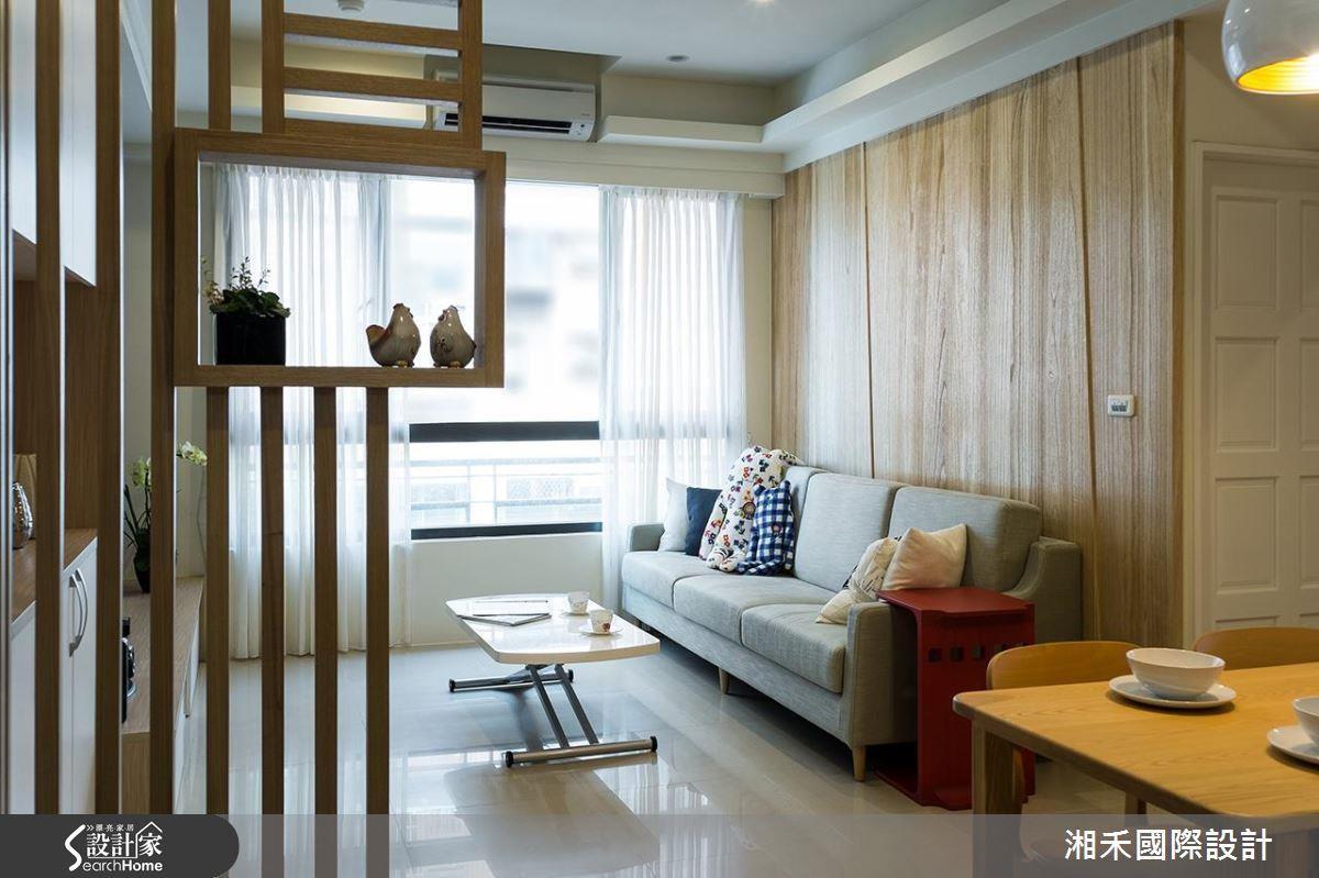 玄關設計採用造型木格柵,既可以區隔出玄關位置,也不會讓空間感覺變小了。