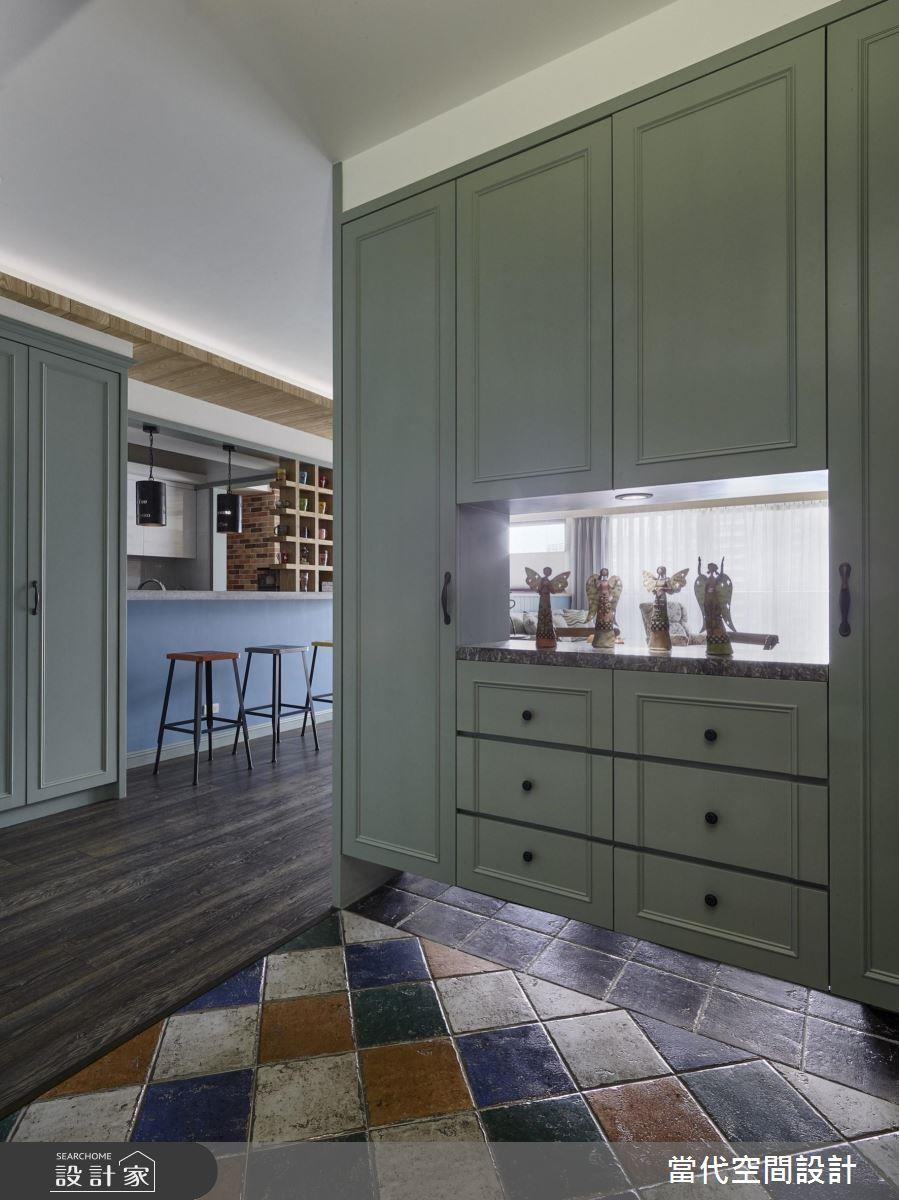 使用櫃體做為玄關隔間,可以適度做一些鏤空設計,不但顧及了風水和空間感問題,也具有實用的玄關收納效益。