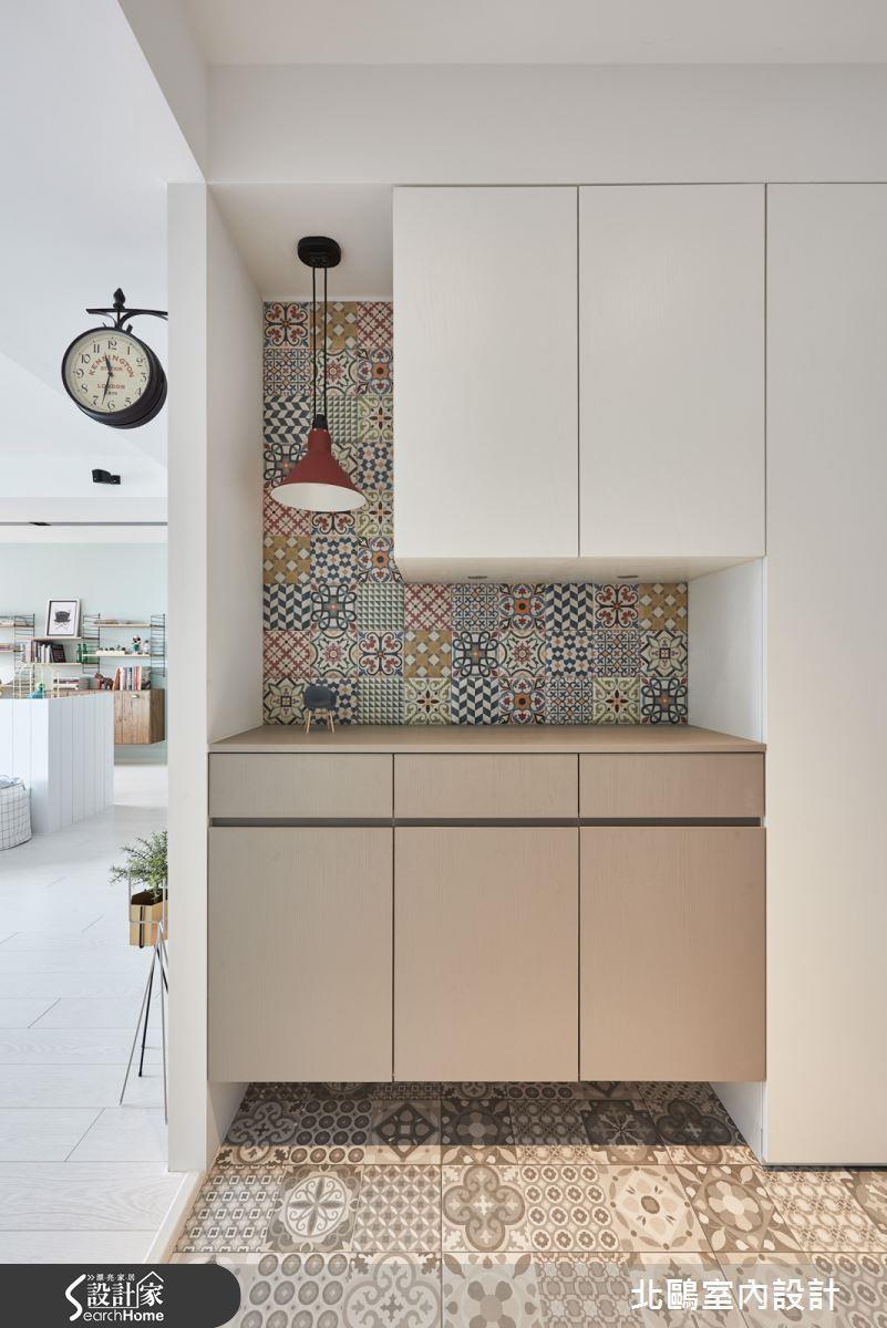 除了好清潔之外,玄關設計時,地板也可以利用花樣不同的花磚拼貼混搭,會更有風格。