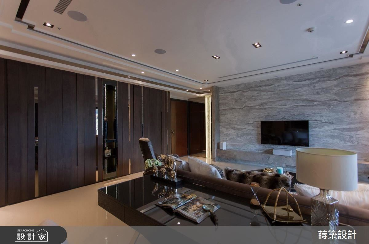 大面積電視牆的舖陳,選用擁有潑墨紋路般的特殊材質,為公領域迎入人文奢華氣息。