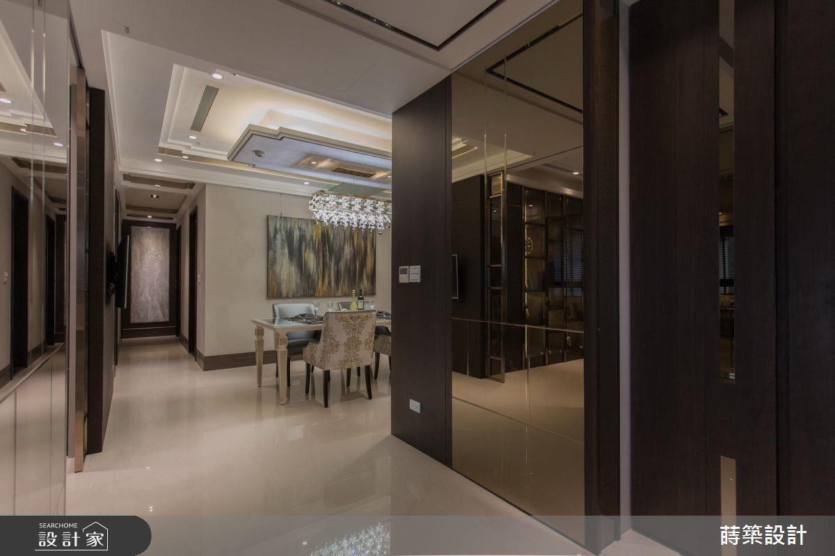 隱藏式的鏡面門片,不僅做為公私領域的區格,也為空間提升華麗質感。