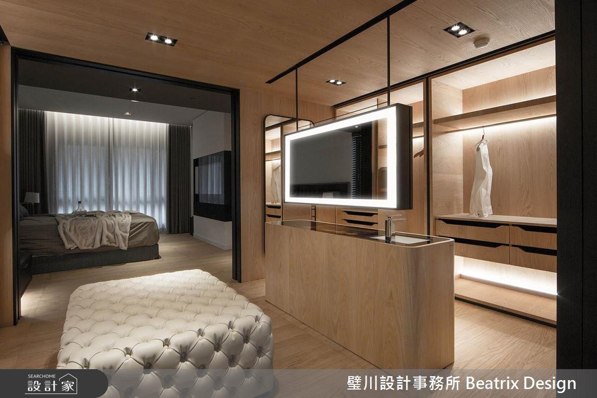除了將臥房、更衣間與衛浴打造一字流暢動線,更擴大更衣空間,包含結合大型鏡面的中島與釘扣沙發,打造宛如伸展台的 VIP 更衣間。