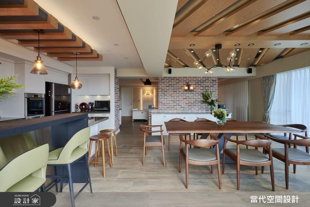 一路延伸至吧檯區的木質造型天花,讓餐廚空間圍繞在休憩度假感中,這也是女屋主最愛的場域。