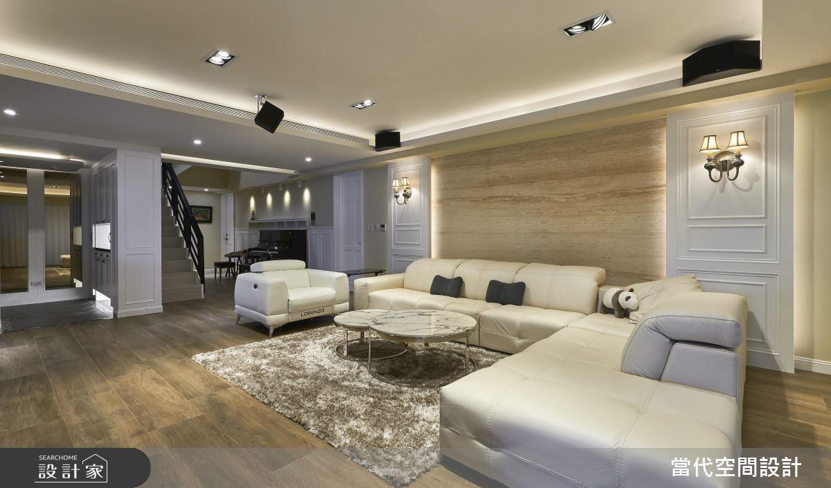 大尺度的潔白色系沙發,為開闊的客廳帶來一股大器協調感,搭配擁有自然紋理的洞石牆面,創造多層次的視覺感受。