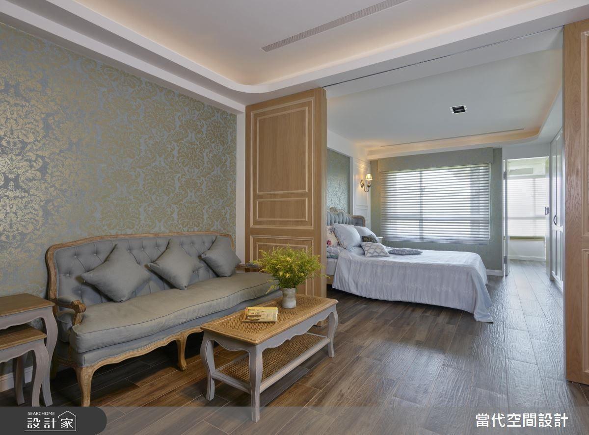 主臥中的小客廳設計,讓男女屋主擁有休憩小天地,一旁更以拉門作為不同空間的區隔。
