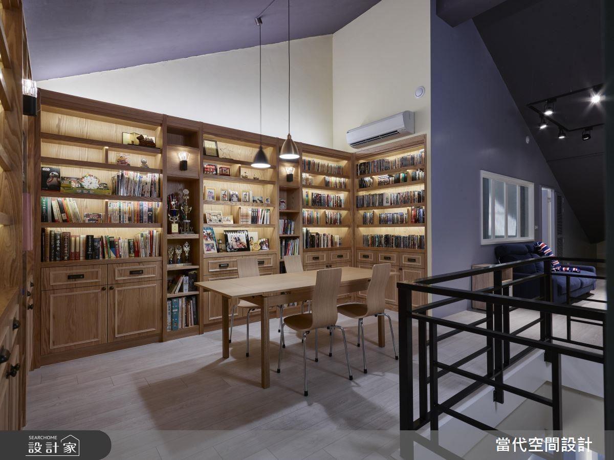 來到二樓後,映入眼簾的便是圖書館般的大面書牆,為喜愛讀書的一家人,創造共同閱讀空間。