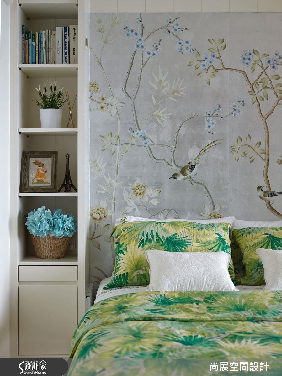 在書房中設置掀床設計,可同時作為客房的使用,在花草意象的壁面圍繞下,呈現舒適度假感。