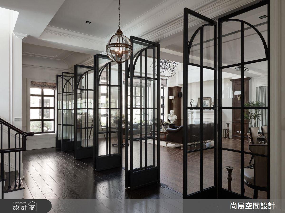 一扇扇鐵件玻璃門,讓光線恣意流動,創造明亮通透感,營造磅礡氣勢。
