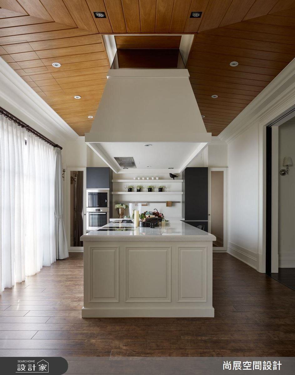 廚房場域中,以木作斜天花搭配白色造型油煙罩,引入濃郁歐美大宅風情。