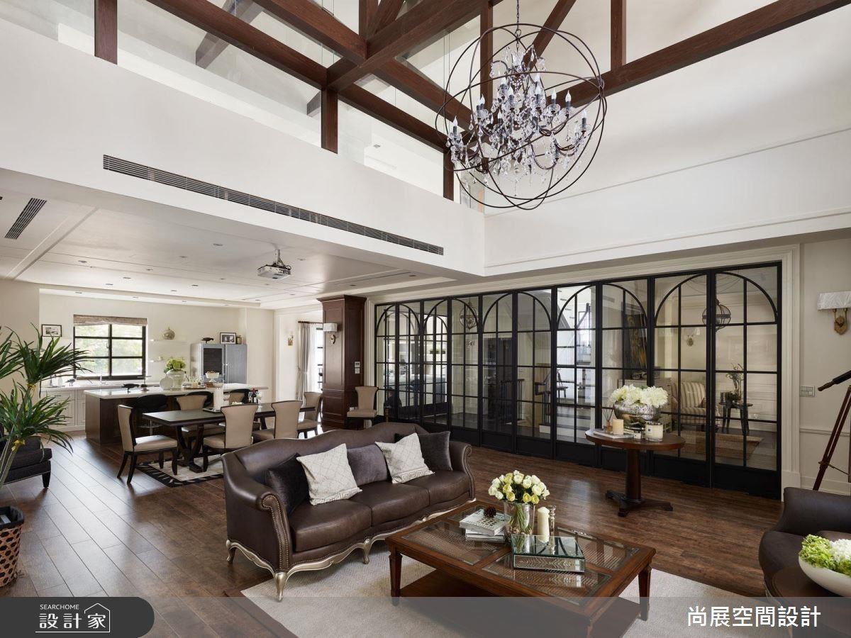 在一百八十坪的獨棟別墅大宅中,設計師藉由挑高寬敞的空間優勢,置入經典美式大宅的氣勢與韻味,迎入歐美影集中的居家風情。