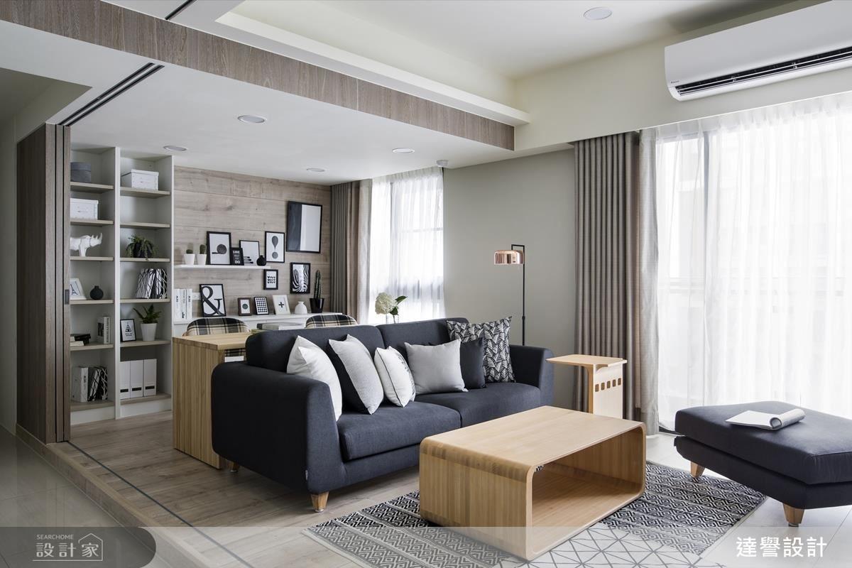 設計師將客廳與彈性空間結合,搭配活動家具,使空間運用上更加靈巧,並用拉門分割客餐廳,敞開視線的同時還能保有私密性。