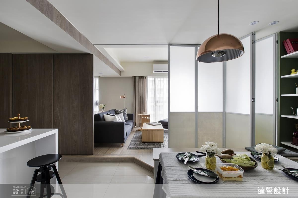 以隔門切開客餐廳區域,增加一個臨時的彈性空間。左右部分用不同的材質做搭配,除了是造型的變化,更是考量到拉門關閉時,餐廳區域的透光來源。