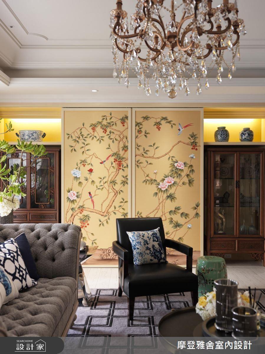 客廳牆面置入屋主喜愛的富貴意象花鳥壁布,刺繡的精細工法與繽紛的色彩相互輝映,成為最亮眼的焦點。