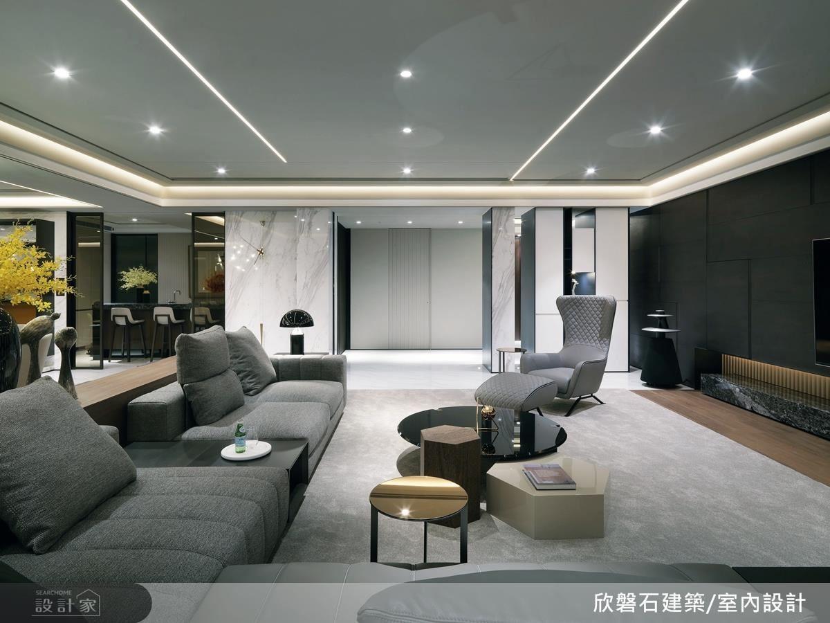 空間裡處處可見巧型收納與隱藏隔間的設計,如玄關左側白色直紋門推開其實是客用廁所;幾何線條造型的電視牆,則做了隱藏機櫃,讓空間更顯乾淨俐落。