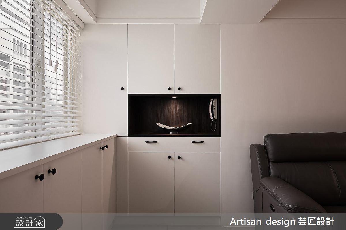 簡單俐落的玄關端景櫃設計,呼應了屋主對簡約風格的喜好。