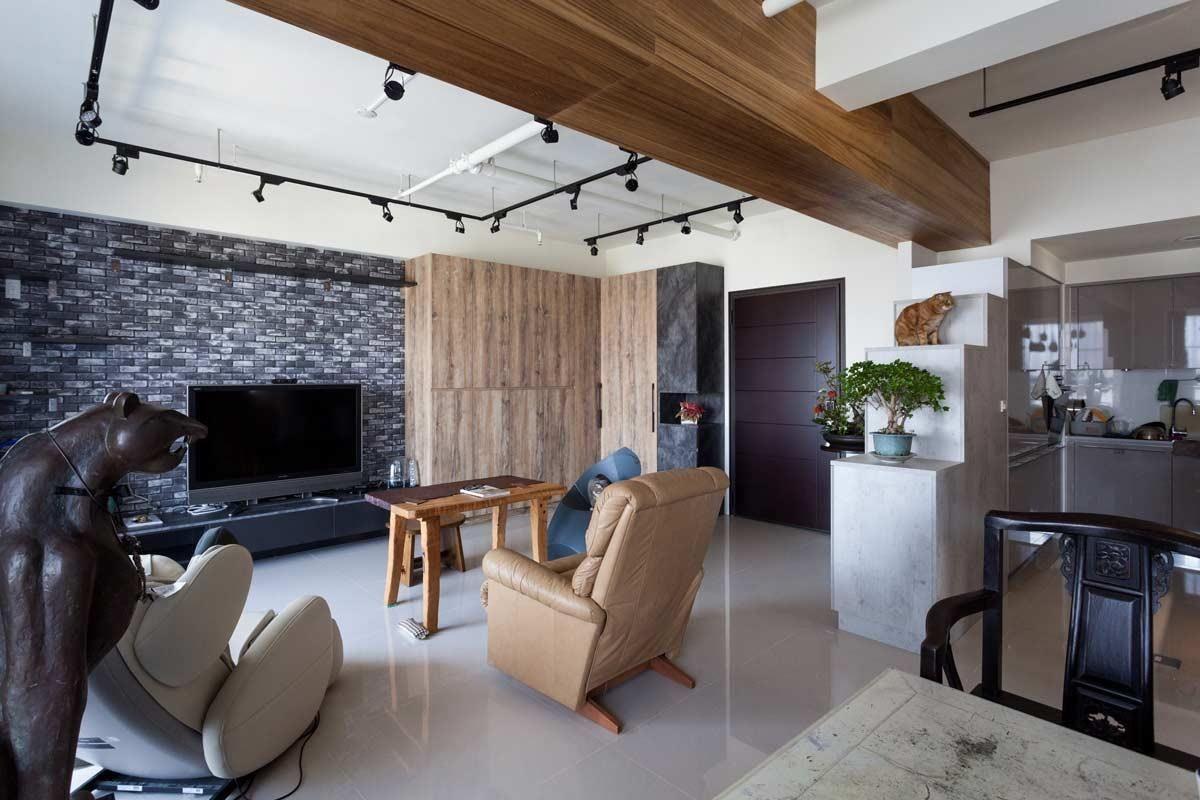 以不同深淺及色系的木紋櫃體增加收納,以階梯式的高低櫃做為隔間與貓跳檯,空間的層次感就自然生成。