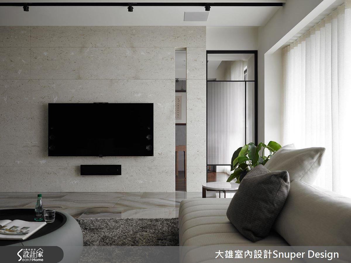 沙發背牆運用帶有低調金粉雲彩感的黑色石牆、電視牆則使用米洞石,雙主牆的設計概念,讓訂製空間符合屋主心中想望。