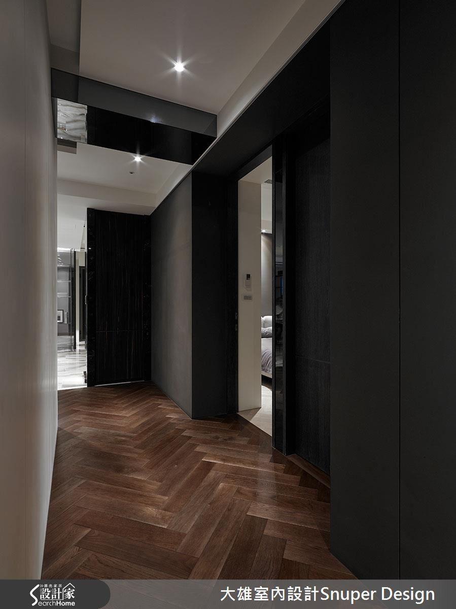 經過格局調整,走廊上不再有門對門問題,設計師更特意留有飯店式的內縮小玄關,讓人進房前能有一個心情轉折。