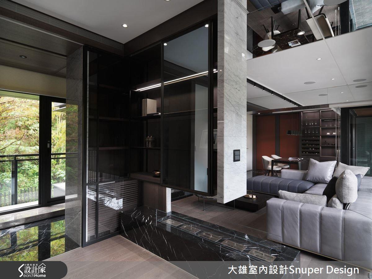 開放式書房與客廳緊鄰,天花板運用鏡面包覆大樑,拉長了牆面的延伸視覺,讓豪宅秀感十足。