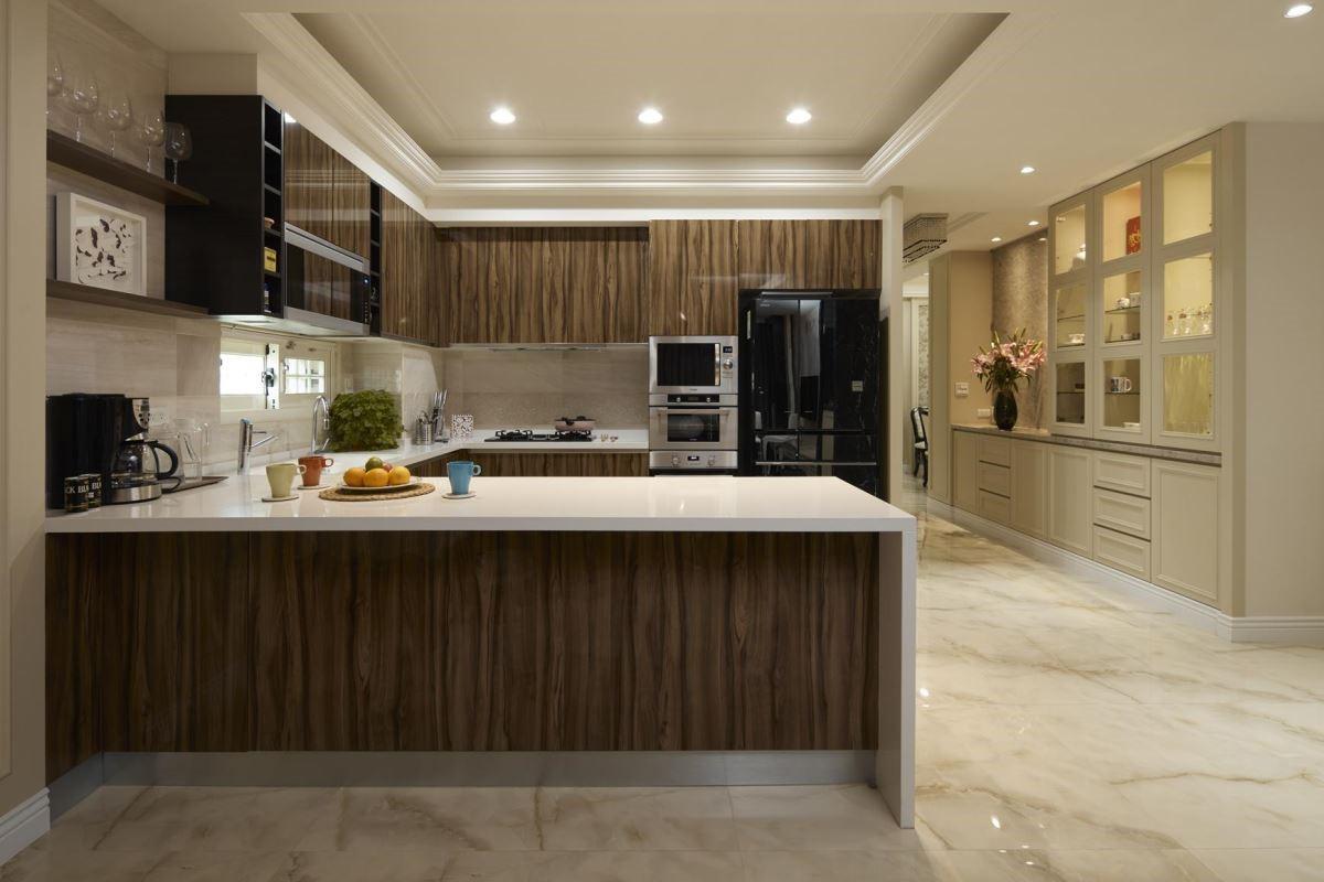 鮮明的木紋加上亮面材質,展現大器的現代感廚房氛圍。