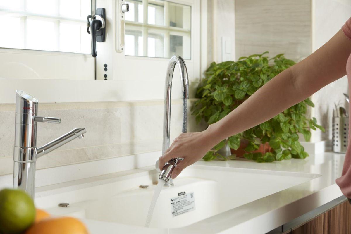 特別打造伸縮龍頭,可沖洗流理檯轉角處的髒汙。