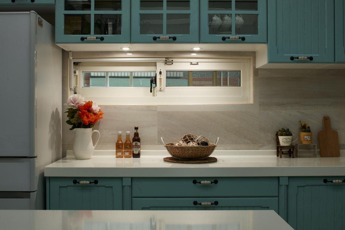 吊櫃下方設計嵌燈照明,加強光源且增加室內氛圍。