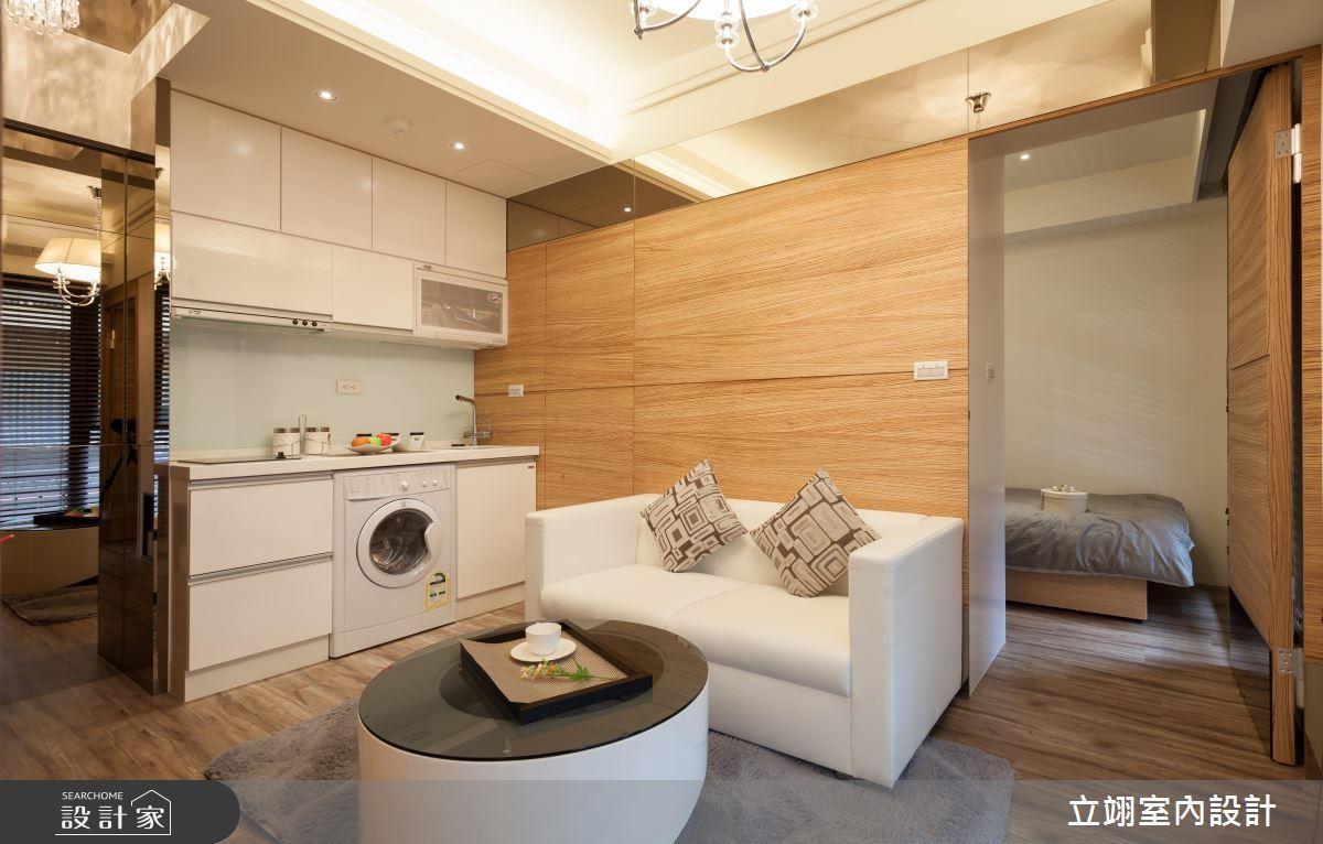將客廳與餐廚空間統合,佐以鏡面放大空間,接著以次臥結合書房空間,讓每吋都能達到最大坪效。看完整複合機能 >> 點此看圖庫