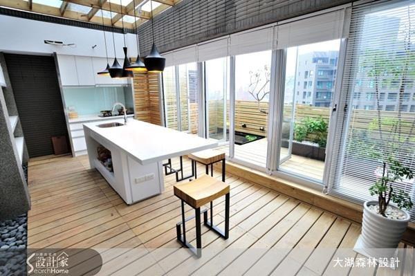 室內空間僅 11 坪的頂樓小宅,室外卻有著近 10 坪的露臺,設計師將不均衡的配置切分,將一半重新加到室內作為餐廚機能!看完整格局重劃 >> 點此看圖庫