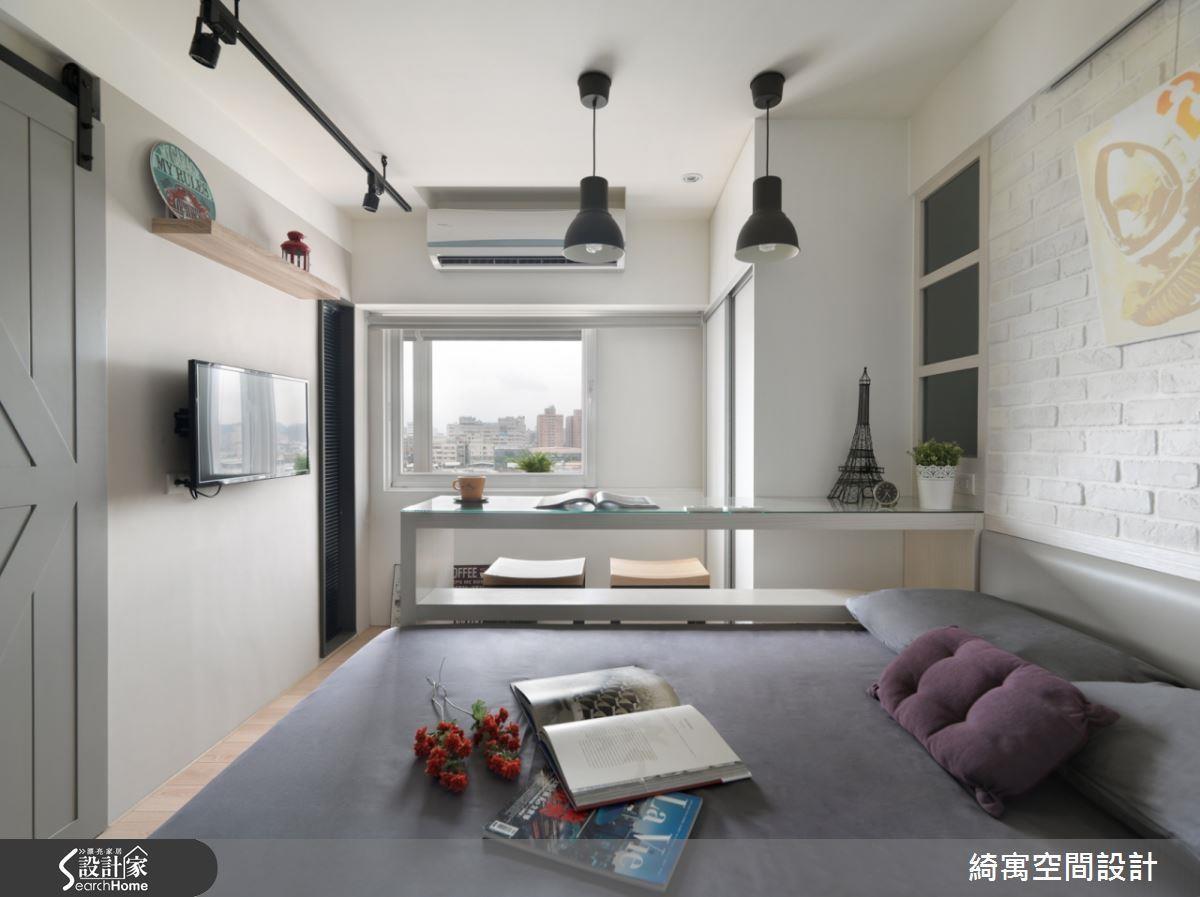 7 坪套房將臥房、客餐廳與浴室、廚房利用門片一分為二,以大面開窗與開放設計抹去陰暗、窒息的可能性。看完整開放設計 >> 點此看圖庫