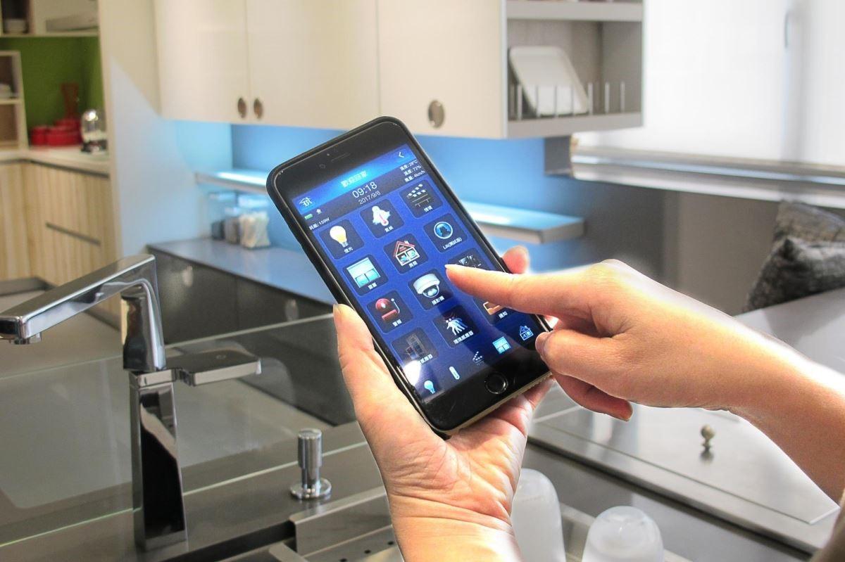 結合手機通訊,預先遙控料理情境、監控廚房使用安全,是目前最新廚房設計趨勢。