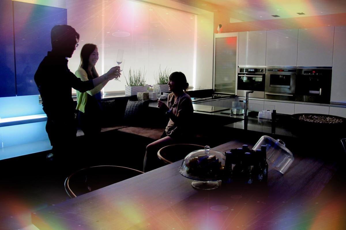 雅登廚飾《智聯家居生活》可因應使用者需求,規劃結合燈光、音響、電動窗簾控制系統的不同情境。