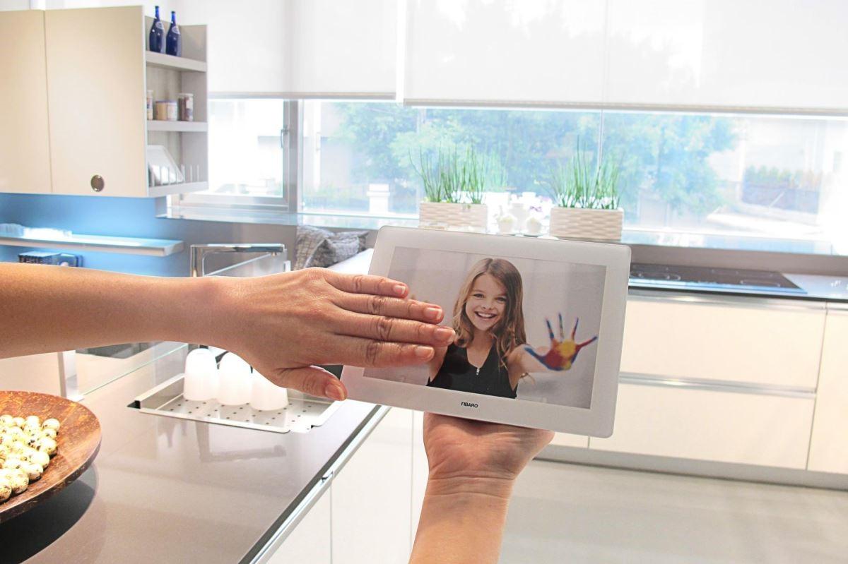 直覺式的手勢控制方式,彷彿為廚房施了魔法,輕輕揮手,就能瞬間變換料理、用餐、派對氛圍。