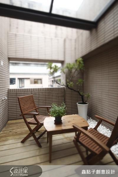 鋪上適合戶外的耐潮、抗濕的木地板,加上好照顧的植栽與木質桌椅,就能完成休閒感十足的陽台。看完整簡約佈置 >> 點此看圖庫