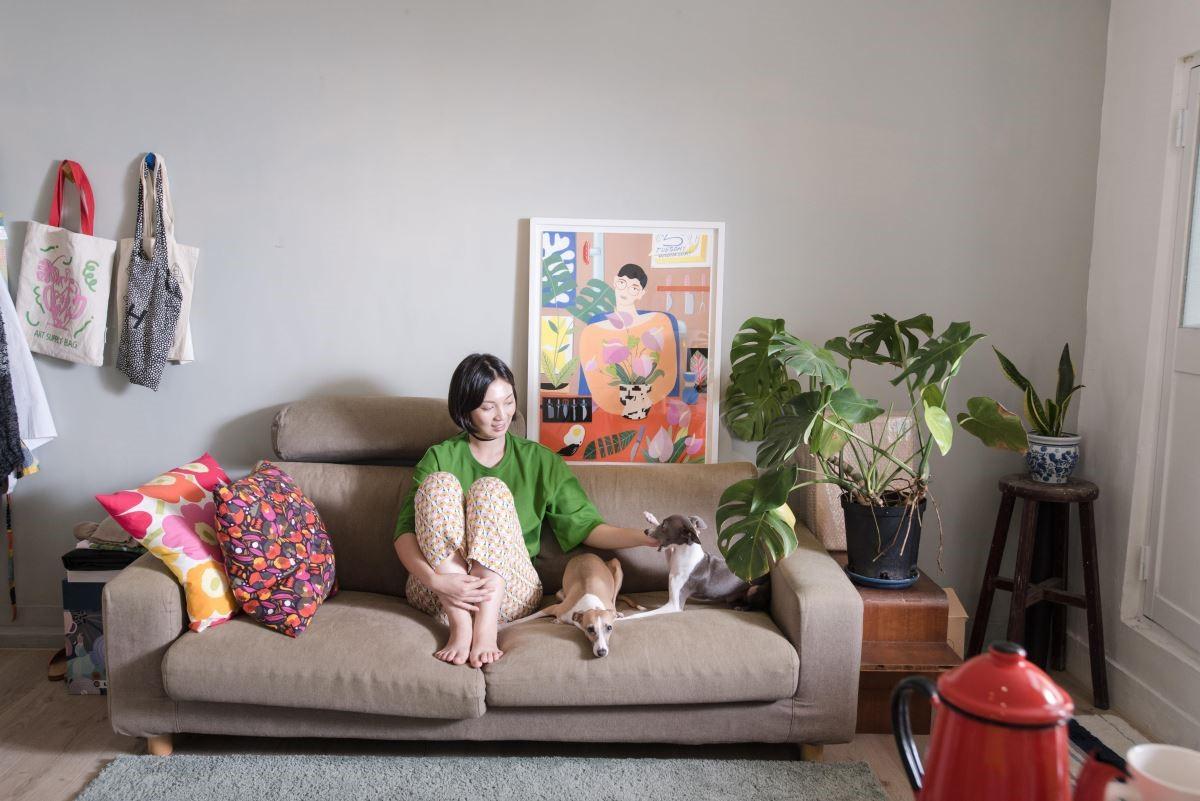 插畫家Eszter Chen陳純虹,與她的格力犬。(攝影_沈仲達)