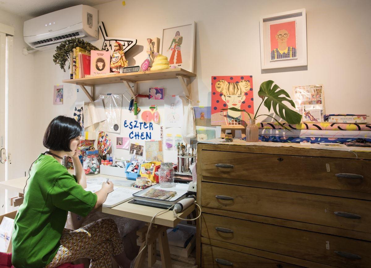 陳純虹的工作室,色彩明快、充滿著青春幻想與生活藝術,宛如一幅運用異材質拼貼而成的藝術品。(攝影_沈仲達)