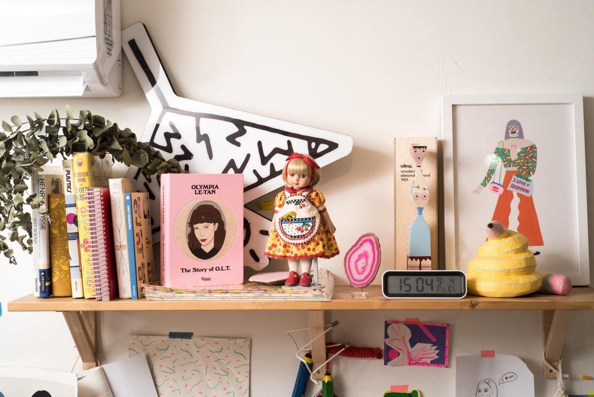 從書籍、廠商委託創作後留下的娃娃、瑪瑙片到藝術雕塑,陳純虹將自己喜愛的物件展裡展示在工作室中,也成為創作中的元素。(攝影_沈仲達)