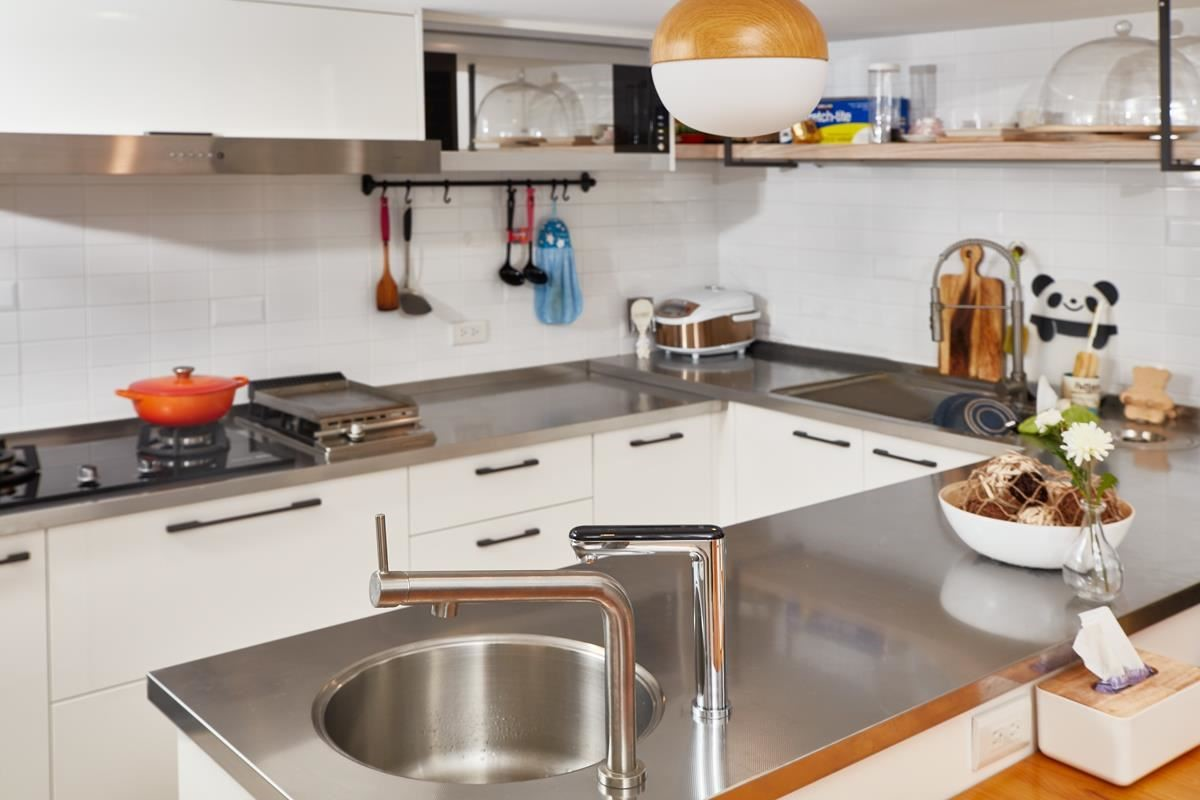 坪數有限的廚房空間,以ㄇ字型結合廚具與中島作為規劃。