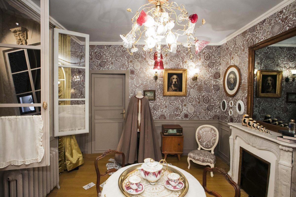 這是一間俄羅斯流亡公主的客廳。旅行箱裡裝有公主收集來的那些充滿魔力的物品,裝點在她的私人空間內。(攝影_Mark Lee)