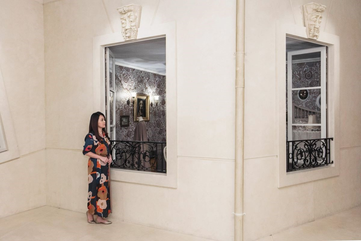 漫步在巴黎街道時,常會經過敞開的窗戶,總忍不住想去看看裡面有什麼。(攝影_Mark Lee)