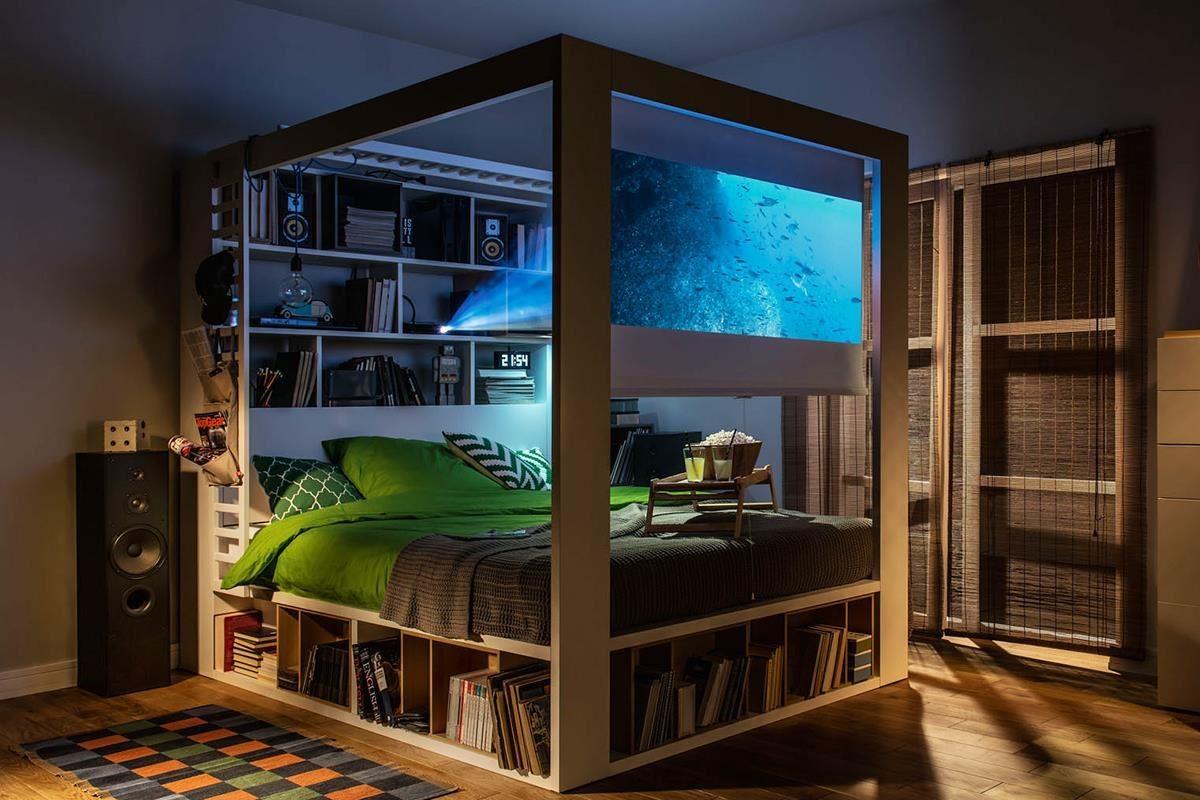 4 YOU 系列四柱床款前方可加設投影布幕,床下三周圍皆是置物區,換季寢具可收在後方床頭櫃,掀床款式則可享有床墊下約 4 組 28 吋行李箱空間,機能完備宛如家庭娛樂中心。