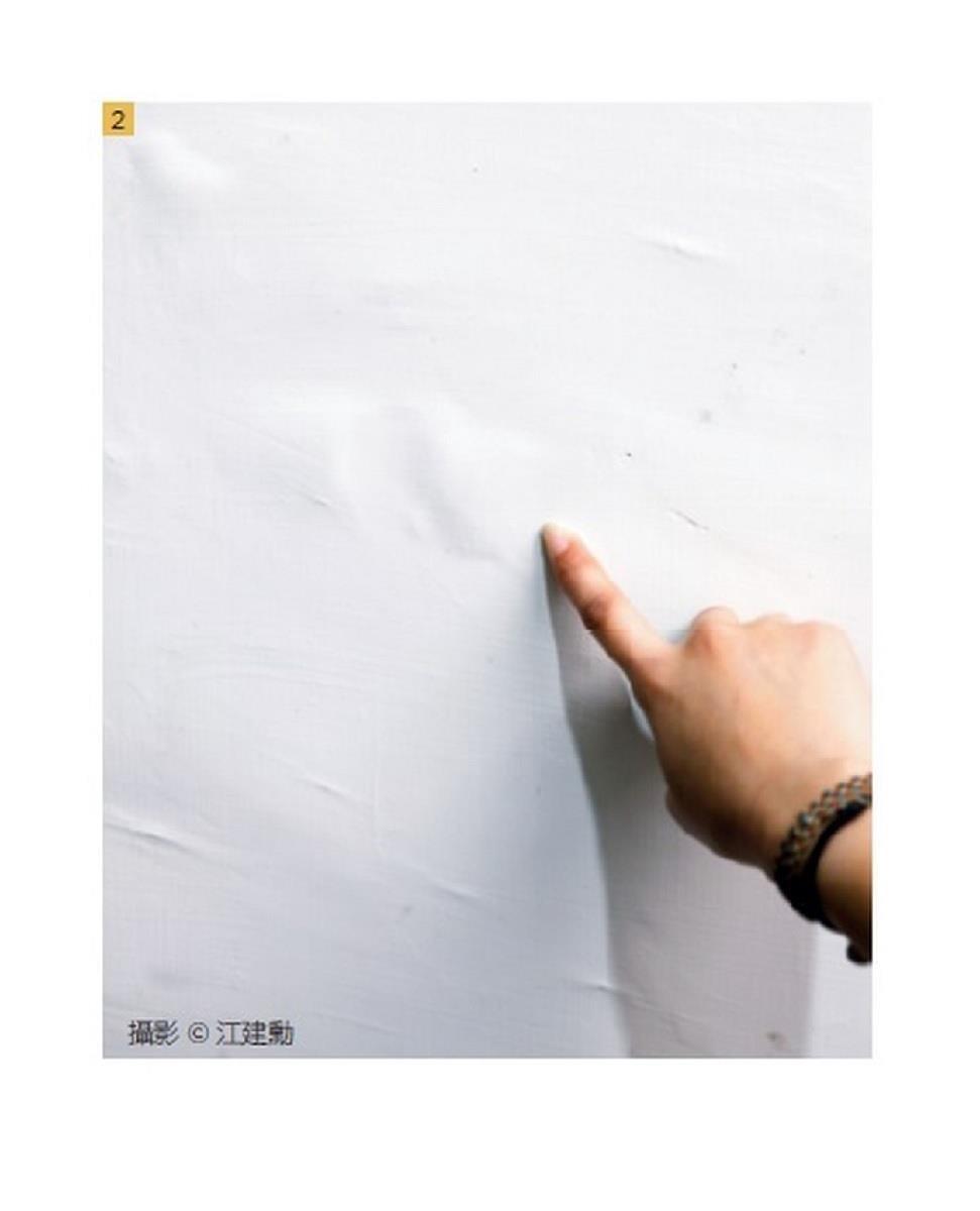 牆內含有多餘水分,導致表面浮漆。 攝影_江建勳